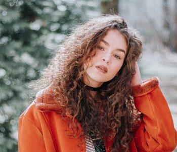 femme aux cheveux frisés