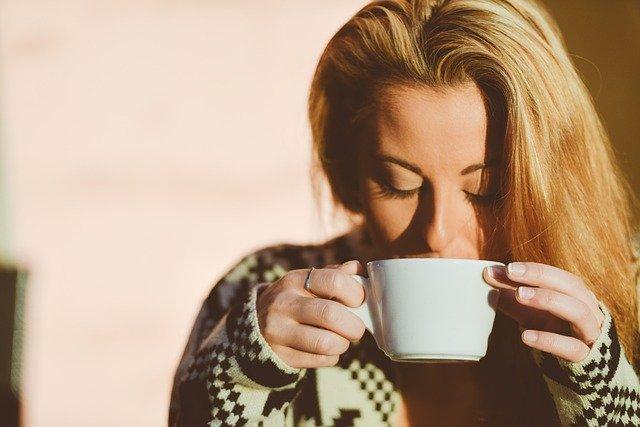 femme buvant tasse de café